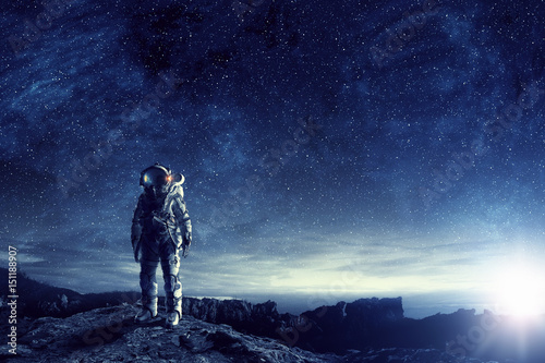 Foto Astronaut in outer space. Mixed media