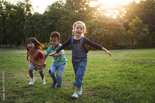 Fotografía  Children are in a field