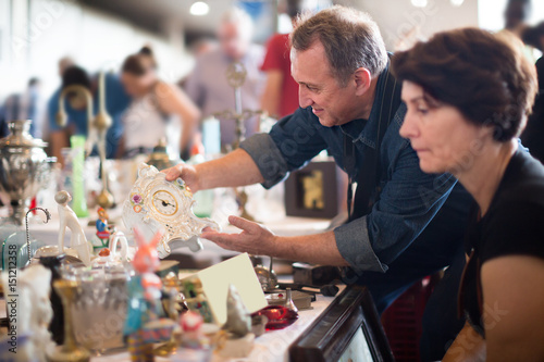 Foto  Glad tourists study the range of flea market