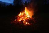 płonące w nocy ognisko