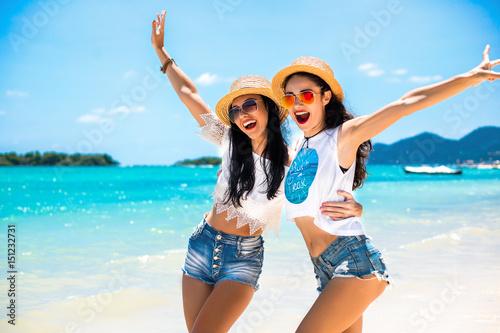Zdjęcie XXL Zamyka w górę lato portreta młoda seksowna ładna kobieta, będący ubranym prostych przypadkowych modnych białych wierzchołki i jaskrawych okulary przeciwsłonecznych, ono uśmiecha się mieć zabawę na wakacje w tropikalnym kraju. Najlepsi przyjaciele śmieją się i szaleją