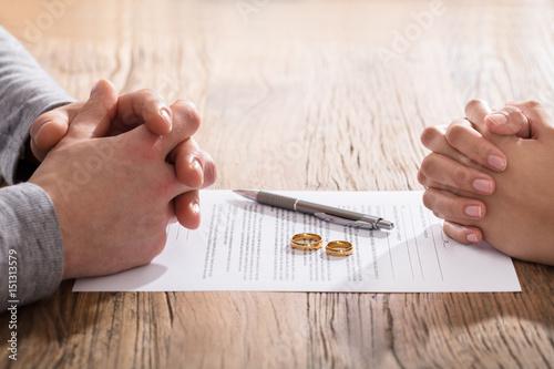 Fotografiet  Couple's Hand On Divorce Agreement
