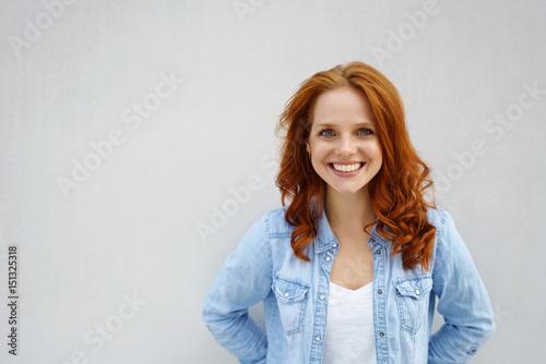 Photo lächelnd frau mit roten locken und blauen augen
