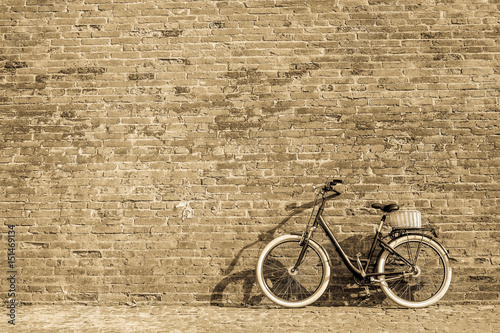 Türaufkleber Fahrrad Black retro vintage bicycle with old brick wall.