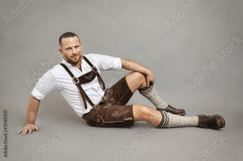Fotografia man in bavarian traditional lederhosen