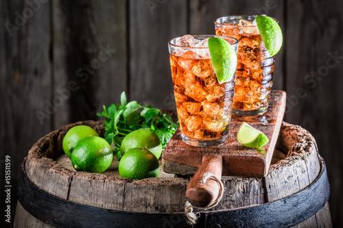 smaczny-napoj-w-wysokich-szklankach-z-limonka-i-lodem