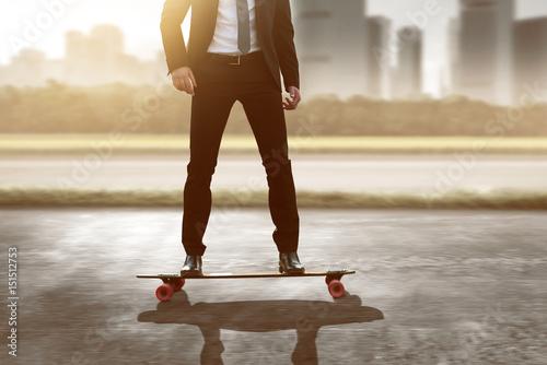 Fotografiet  Geschäftsmann auf Skateboard