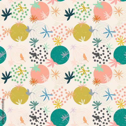 abstrakcjonistyczny-bezszwowy-wzor-z-okregami-kropkami-i-stylizowanymi-kwiatami-i-liscmi-w-pastelowych-kolorach-miekcy-pastelowi-kolory-na-bezowym-tle-z-zuzyta-tekstura