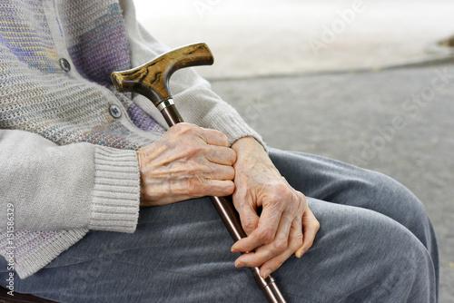 Obraz 杖を持つ高齢者の女性 - fototapety do salonu