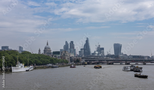 Poster Londres bus rouge London skyline city view, the River Thames and St Paul's from the River Thames south bank