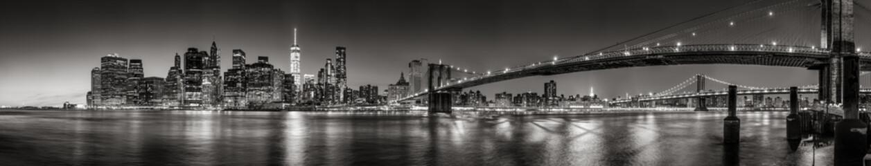 Panoramiczny widok czarno-biały wieżowce dzielnicy finansowej dolnego Manhattanu o zmierzchu z Most Brookliński i East River. Nowy Jork