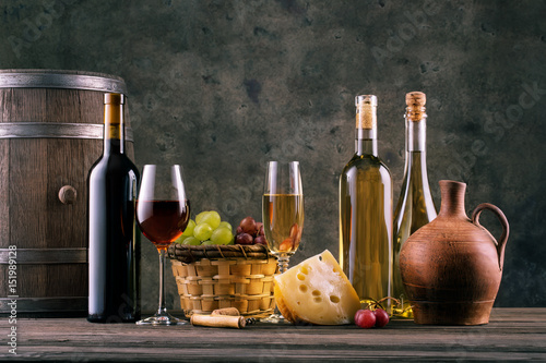 ciekawa-aranzacja-wina-winogrona-i-oliwa-z-oliwek-na-stole