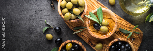 Foto op Plexiglas Olijfboom Black and green olives. Top view.