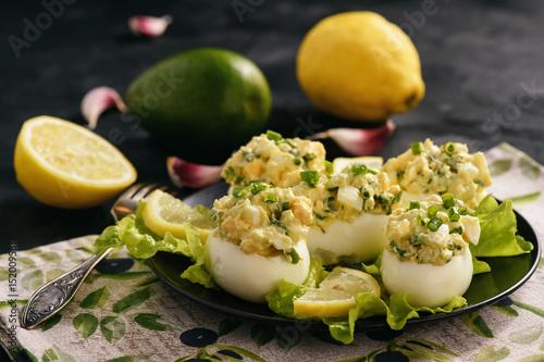Stuffed eggs with avocado, garlic and leek.