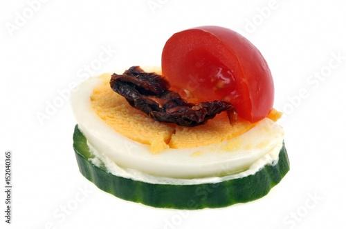 Deurstickers Voorgerecht Amuse-bouche avec rondelle de concombre, œuf dur, tomate séchée et tomate cerise