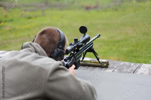 Fotografía  A man sniper prepares to shoot at the target.