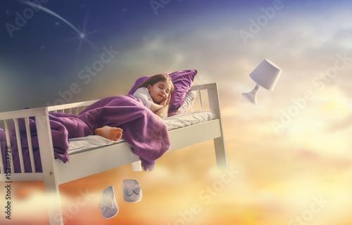 Plakat dziewczyna leci w swoim łóżku