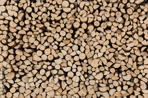 Poster Brandhout textuur wall firewood, Background of dry chopped firewood logs in a pile.