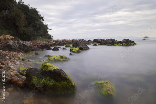 Photographie  Long Exposured Rocky Beach with Green Seaweeds On The Rocks