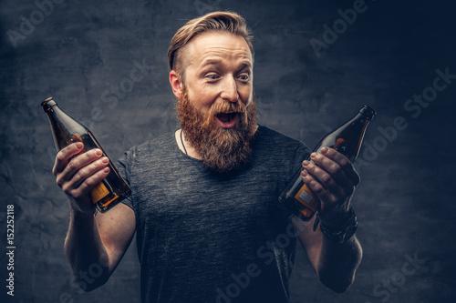 mezczyzna-trzyma-butelke-piwa