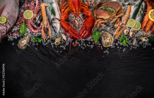 Poster Coquillage Fresh tasty seafood served on old wooden table.