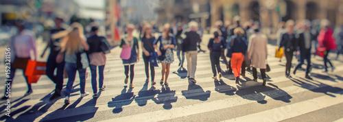 Zdjęcie XXL Tłum anonimowych ludzi chodzących na zachód słońca na ulicach miasta