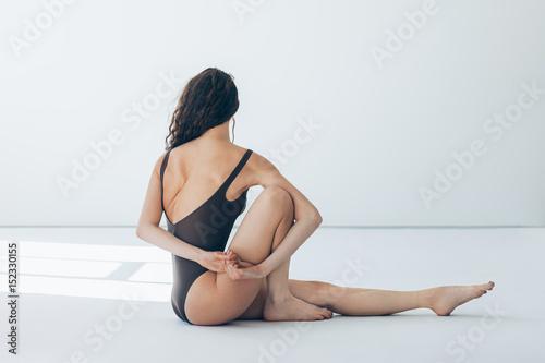Plakat Młoda piękna kobieta robi joga asana Marichyasana Ja