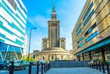 Pałac kultury i nauki w Warszawie w słoneczny dzień z błękitnego nieba i zielonych drzew. - 152330798