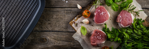 Photo  Raw filet mignon meat cuts with spice and herbs