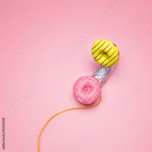 Minimalistyczny styl Jasne pączki na różowym pastelowym tle