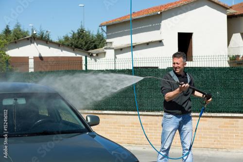 Fototapeta mężczyzna myjący samochód