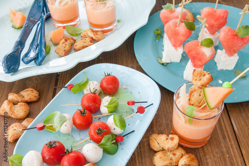 Recess Fitting Appetizer Bunte Spiesse mit Mozzarella