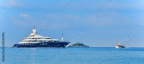 Fotografie, Obraz  Luxusyacht trifft auf ein Fischerboot