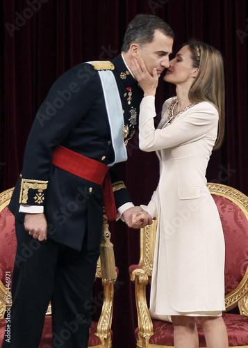 Картинки по запросу queen letizia and king felipe kiss