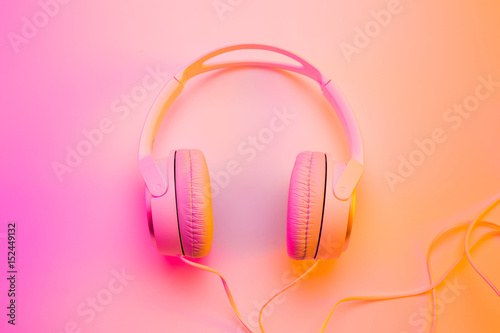 Fotografia  Headphones on vibrant colorful background - poster