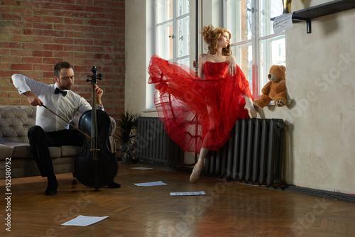 Plakat Kaukaski przystojny wiolonczelista odwiedza muzę z bajki w czerwonej sukience