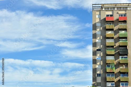 Edificio simétrico de barrio obrero en con cielo azul de fondo Wallpaper Mural