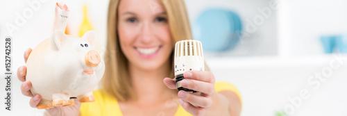 Fotografía  frau freut sich über energieeinsparung