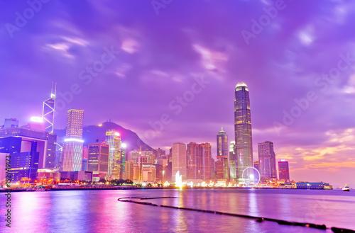 Tuinposter Purper Victoria Harbor and Hong Kong skyline at dusk.
