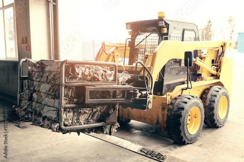 Plakat Wózek widłowy. Zakład przetwarzania odpadów. Proces technologiczny. Recykling i składowanie odpadów w celu dalszej utylizacji. Działalność w zakresie sortowania i przetwarzania odpadów.