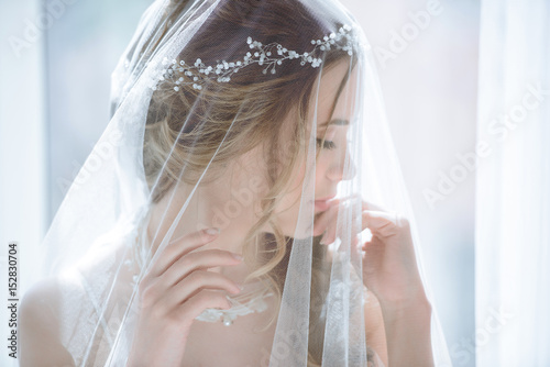 Foto Closeup brunette bride with fashion wedding hairstyle and makeup