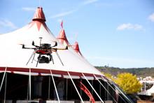Drone Avec Appareil Photo Durant événement Festival Et Cirques. Ciel Bleu Nuages Montagnes Paysages.