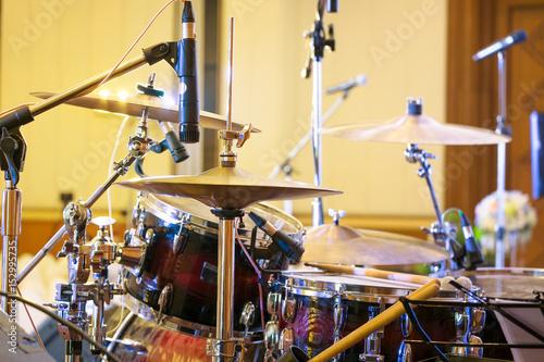 Plakat profesjonalne zestawy perkusyjne na scenie.
