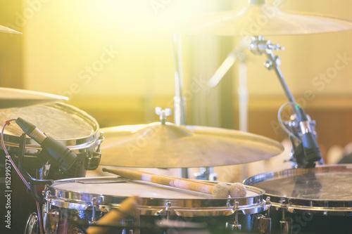 Plakat Profesjonalny zestaw perkusyjny na scenie w sali koncertowej halowej