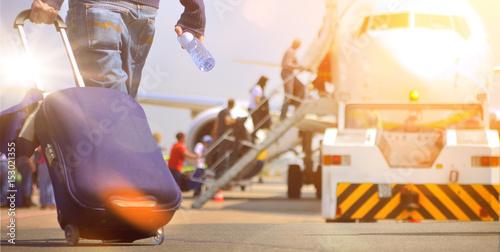 Fotografie, Obraz  Flughafen Passagier mit Trolley im Sonnenaufgang