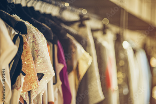 Cuadros en Lienzo  Women boutique shop concept - colorful clothing on hangers.