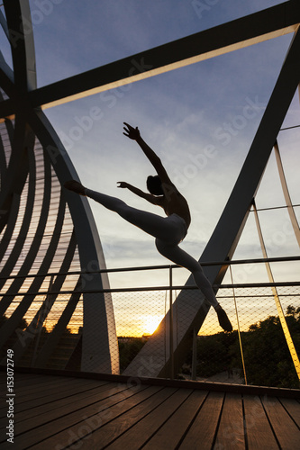 In de dag Luchthaven ballet male performing a super stylish jump on a modern structure