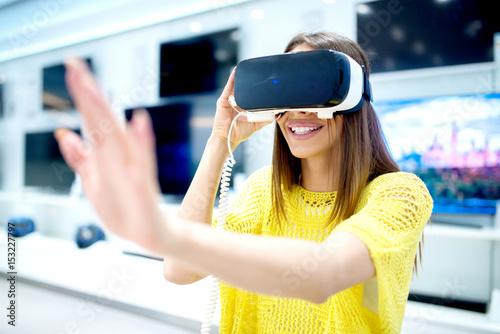 Zdjęcie XXL Młoda kobieta za pomocą okularów 3D vr. Cyfrowa przygoda.