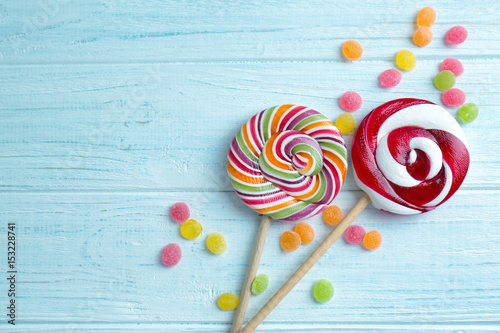 Photo  Candies and lollipops on wooden background