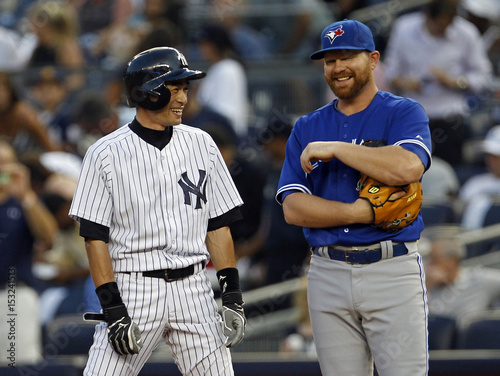 59ef9560943 Yankees  Suzuki laughs with Blue Jays  Lind after singling for his ...
